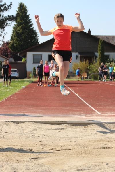 Lea Künstle beim Sprung über 5 Meter