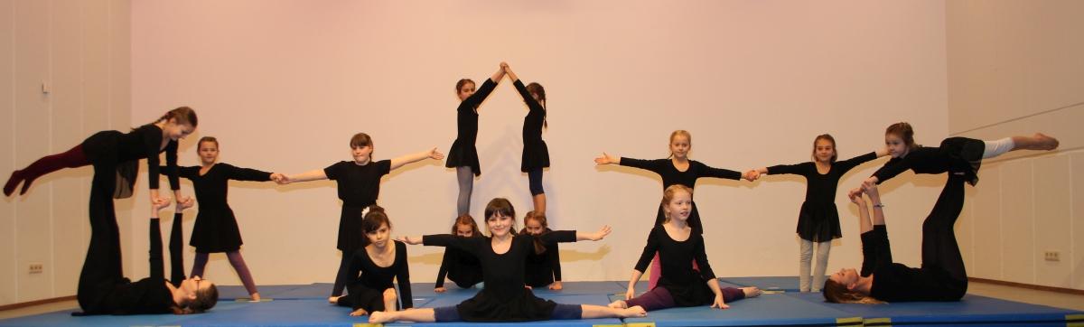 Turnen und Akrobatik vom Mädchenturnen